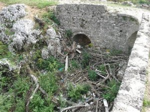 Deponija u podnožju mosta